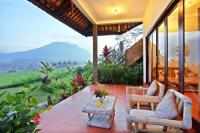 Frangipani_veranda_mountain_jpg